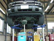 当店自慢の3tピックで重い愛車も楽々整備